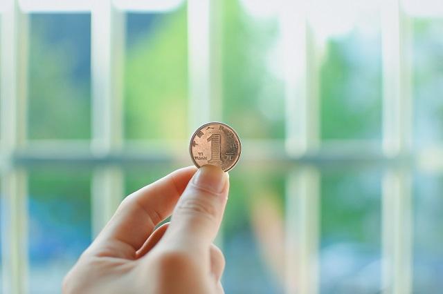 Moneta trzymana w ręce
