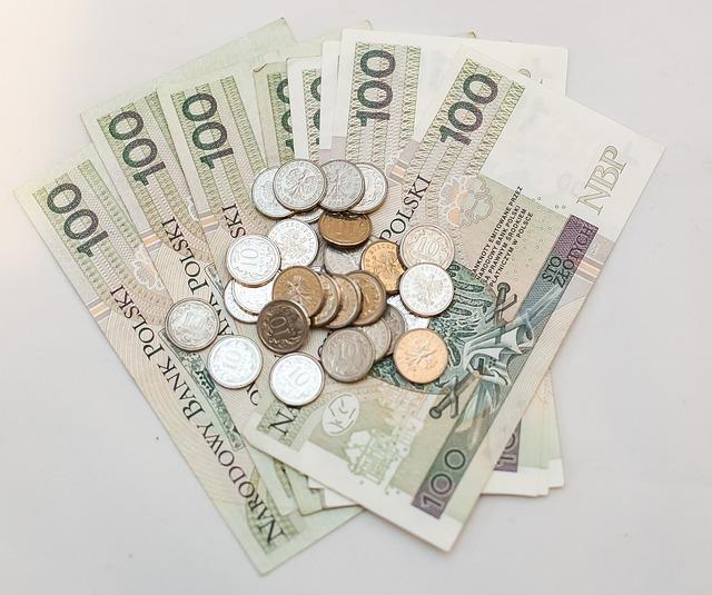 duże pieniądze wyłożone na stół