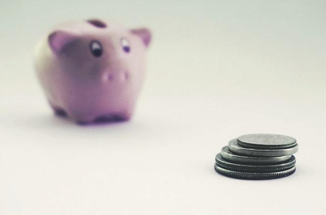 Świnka skarbonka i monety